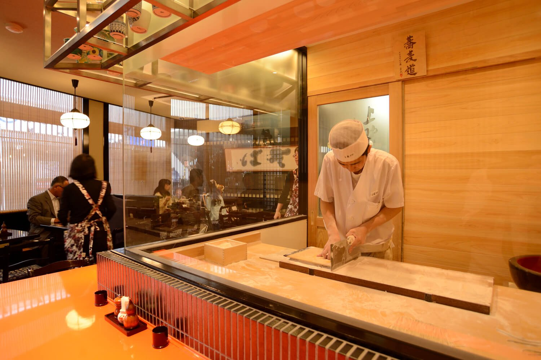 1・2階に客席があり、1階では職人が手打ちする姿を見られる。
