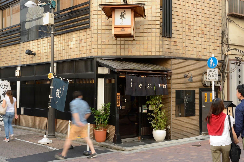 昭和38年にビルに建て替え、2年ほど前に店内をリニューアル。入り口上部の釣り行灯が目を引く。