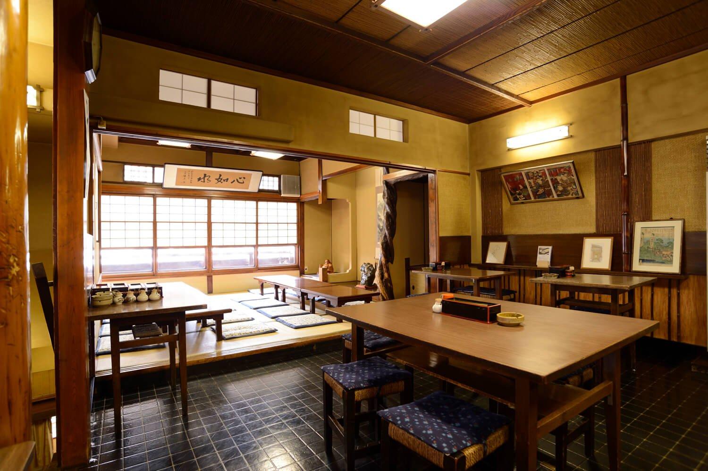 2階にはテーブル席と座敷があり、小さなカウンター席もある。