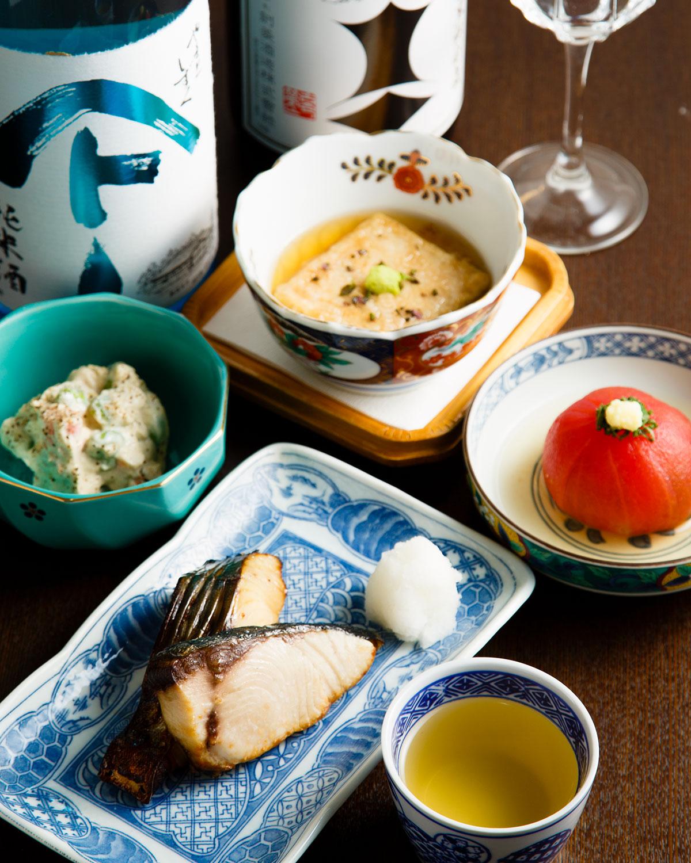 当日の料理はブリの塩焼きとサワラの幽庵焼きが並んだ焼き魚2種900円やクリーミーな白和え650円、白子のようにとろりとした胡麻豆腐揚げ出し550円など。
