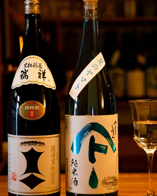 5年以上の熟成酒をブレンドした瑞祥黒松剣菱とやまとしずく純米酒。日本酒は全600円。