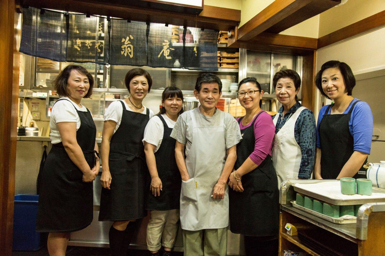 店を守る会田ファミリーと従業員さんたち。女性だらけで明るく和気あいあい。「そば湯は栄養満点。みんな毎日飲んでるから元気」とのこと。