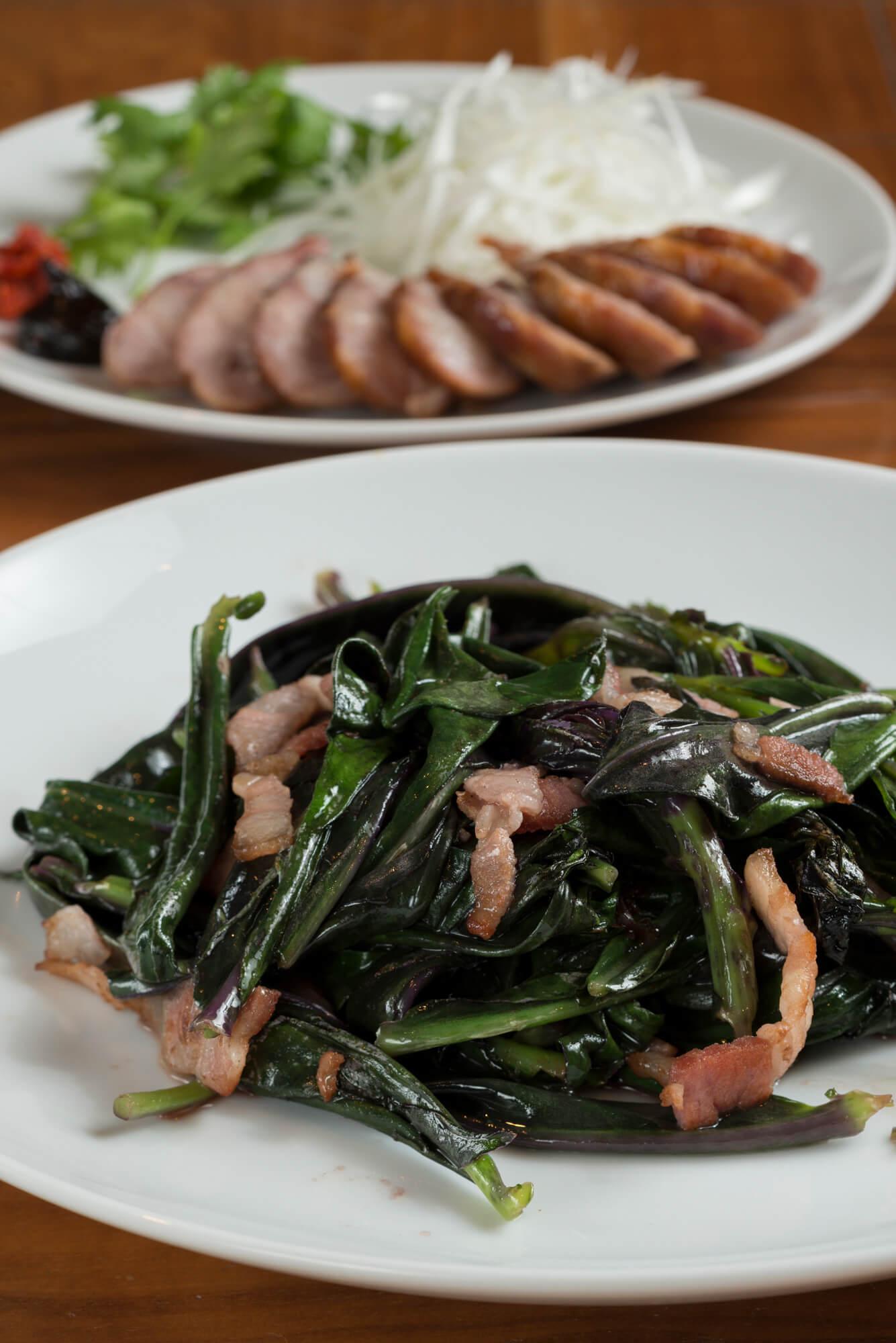 夜なら金時草と自家製ベーコンの炒め1320円、ジューシーな、自家製腸詰め880円なども。