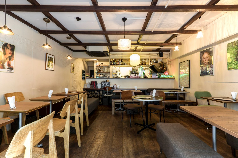 オシャレな空間はコーヒーやスイーツだけでなく、定食屋や居酒屋としても人気。