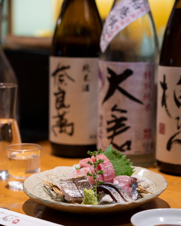 夜の刺身盛り1100円、日本酒グラス660円~。