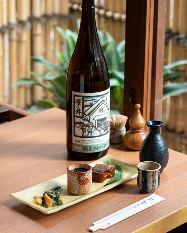 季節のおつまみ三種盛り合わせ880円と、澤乃井の特別純米1合770円。