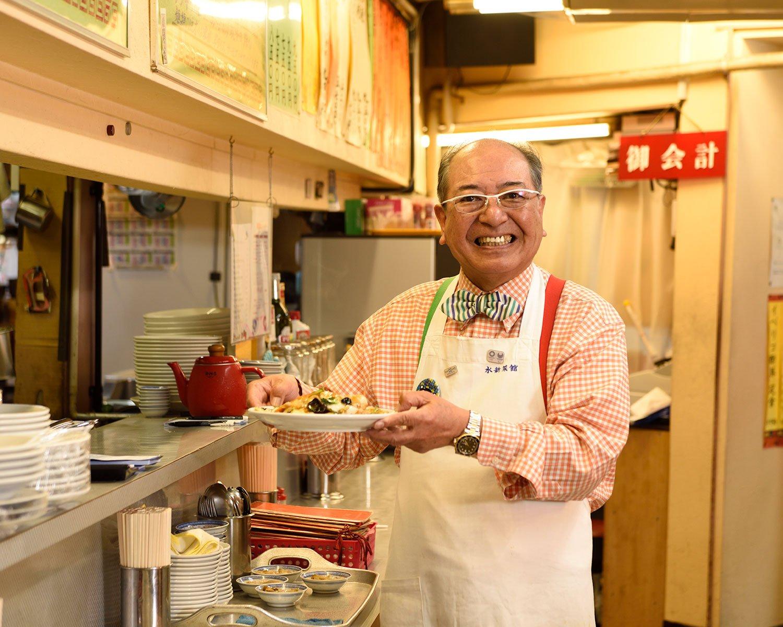 料理がおいしいのはもちろん、店主の寺田規行さんのお客さんのさばき方やトークもこの店の名物だ。