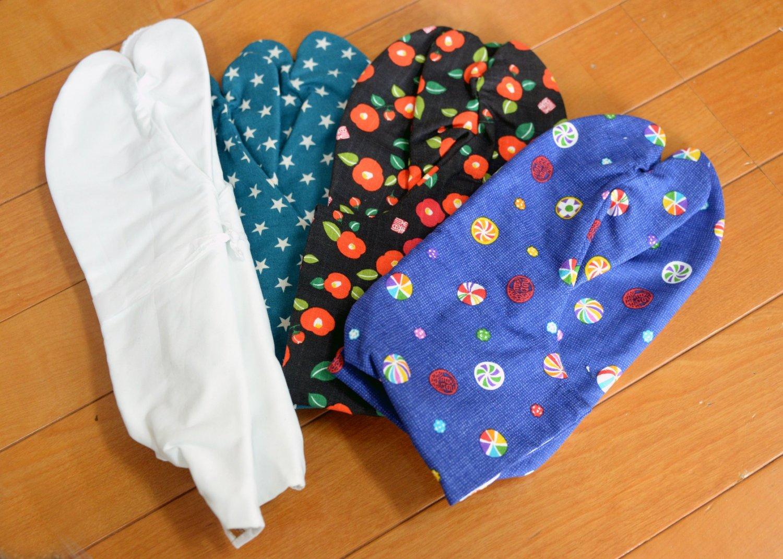 デザイン生地を使ったカラフルな足袋もある。白足袋2100円~。