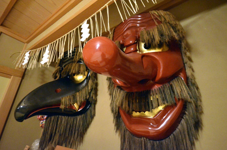 顔が赤く鼻の長い大天狗と、黒いくちばしの烏天狗。ケヤキの見事な一刀彫で江戸時代の作といわれる。