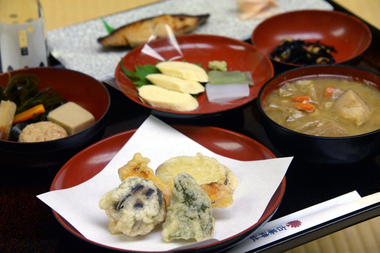 参籠時の夕食は神饌(しんせん)料理。御祈祷後に中食(1100円~、11:00~14:00)でもいただける。