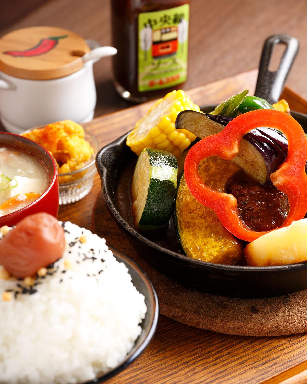 洋食膳1番の煮込みハンバーグはデミグラスソースをカレーソースに変更可能850円。