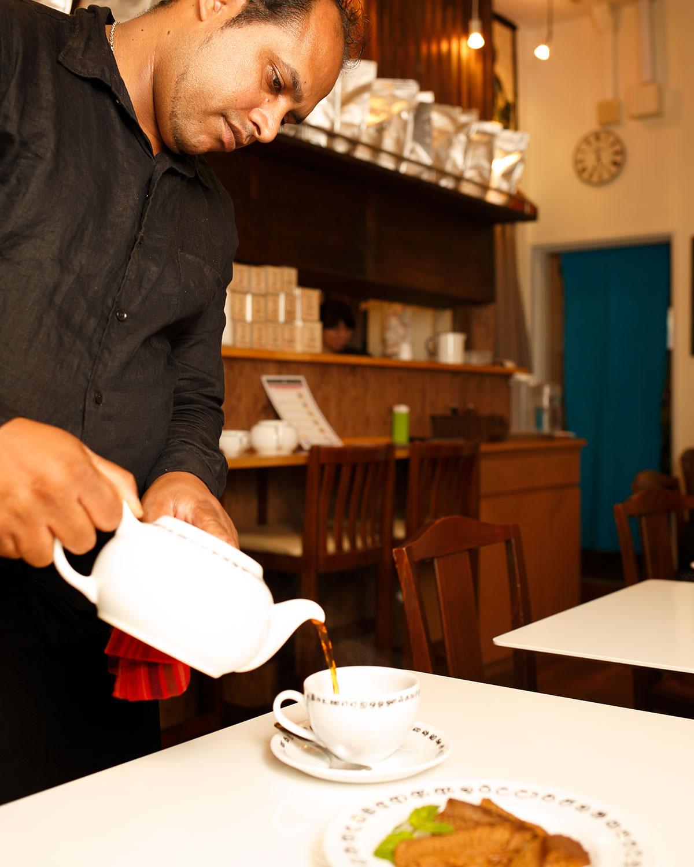 店主のヴェル・カルナモルティさんの郷里はスリランカ紅茶の名産地。