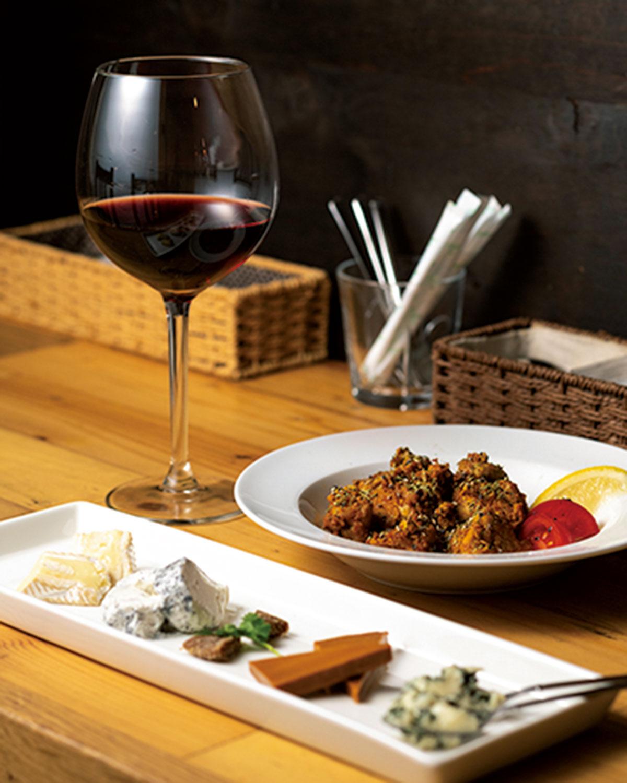 夜はタンドリーチキン ハーフサイズ580円、チーズの盛り合わせ980円をグラスワイン680円で。