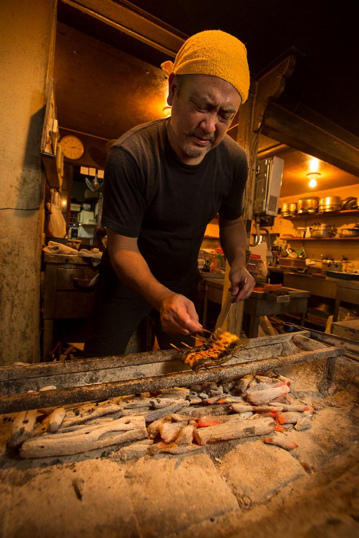 店主の柿田准さん。蒸したうなぎを素早い手さばきで焼いてゆく。