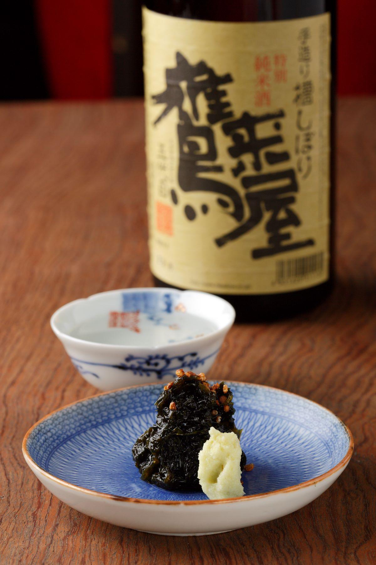 「鷹来屋」550円(半合)は燗でも旨い。香ばしいそば茶がアクセントの岩のりワサビ440円とともに永遠に飲める。