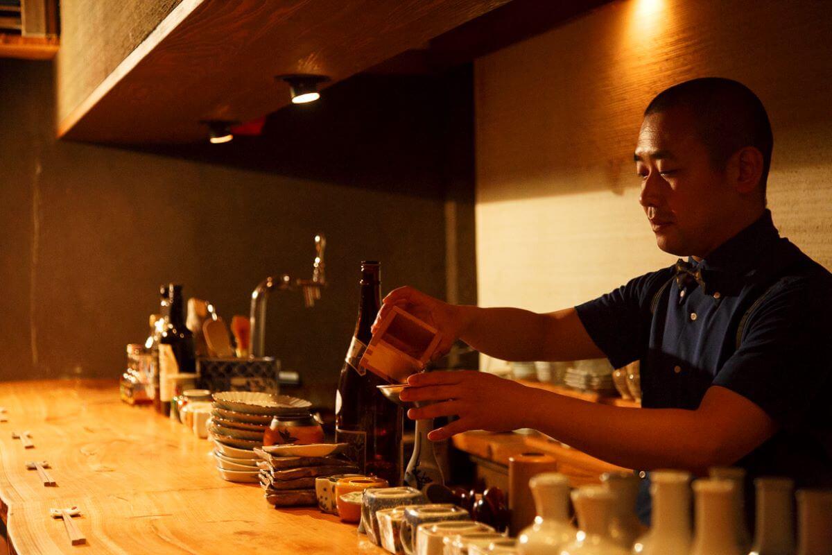 日本の古い単位を大事にしたいと5勺升で測って提供。カウンターから好みを伝えれば、おすすめの酒を大野さんが教えてくれる。