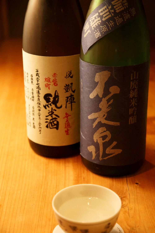 「不老泉」山廃純吟(右)と「悦凱陣」山廃純米各540円。ほかに「仙禽」550円など幅広い酒を用意。