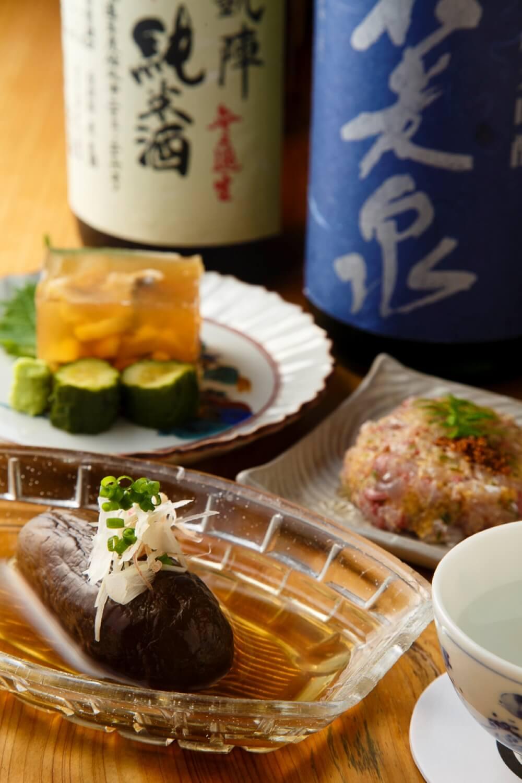 手前から冷し煮茄子550円や真アジなめろう770円、穴子煮こごり550円。左党が目尻を下げる肴ばかり。