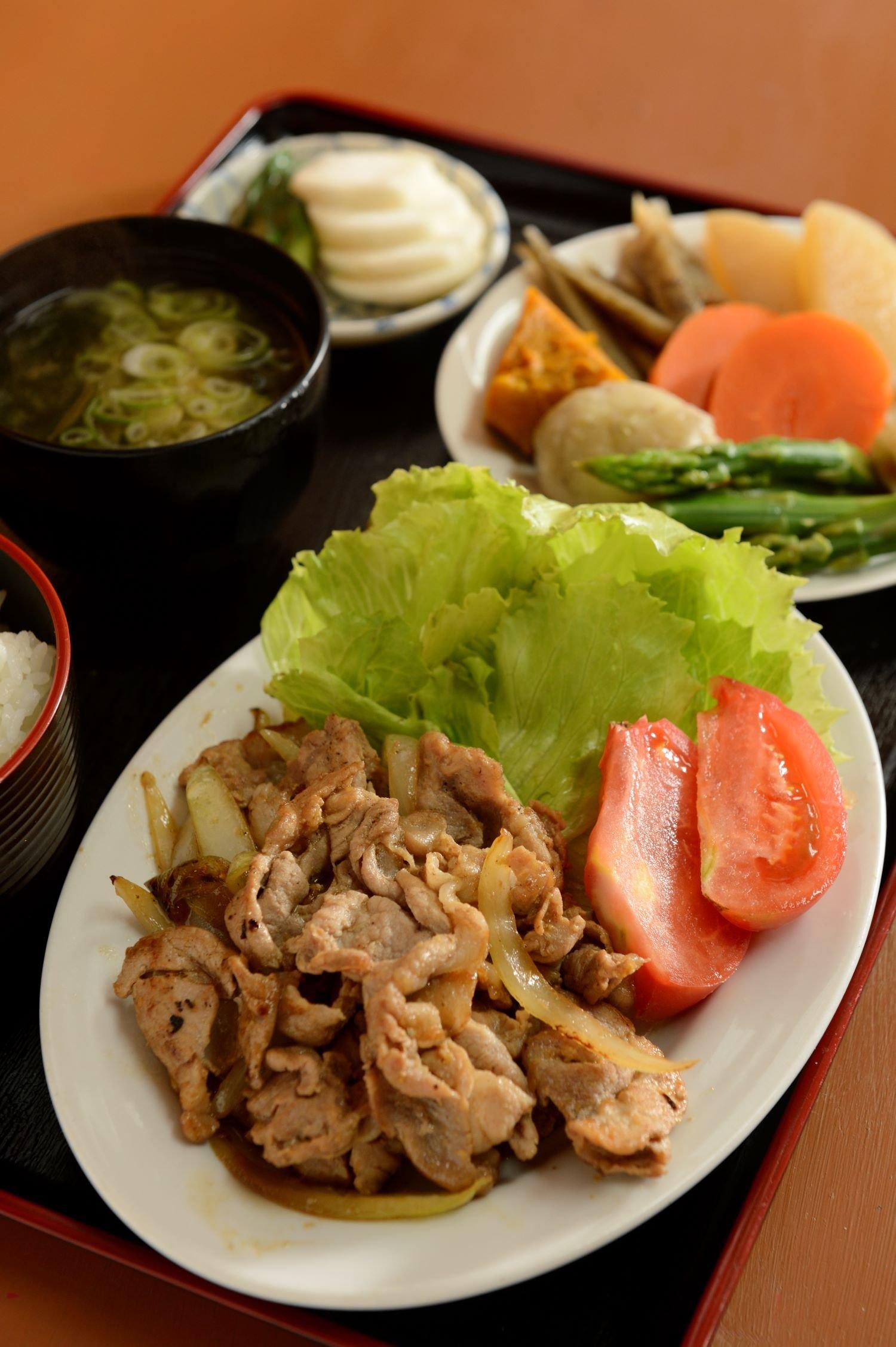 煮物付き定食700円の主菜は、しょうが焼きの他、煮物、焼魚から選べる。