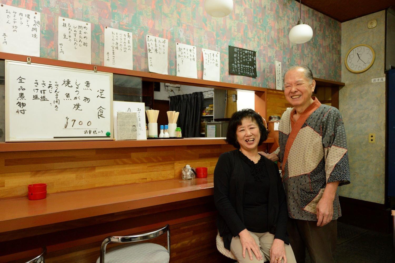 毛塚久雄さん ・小夜子さんご夫妻。一品料理も多彩に用意し、酒のアテにもなる。