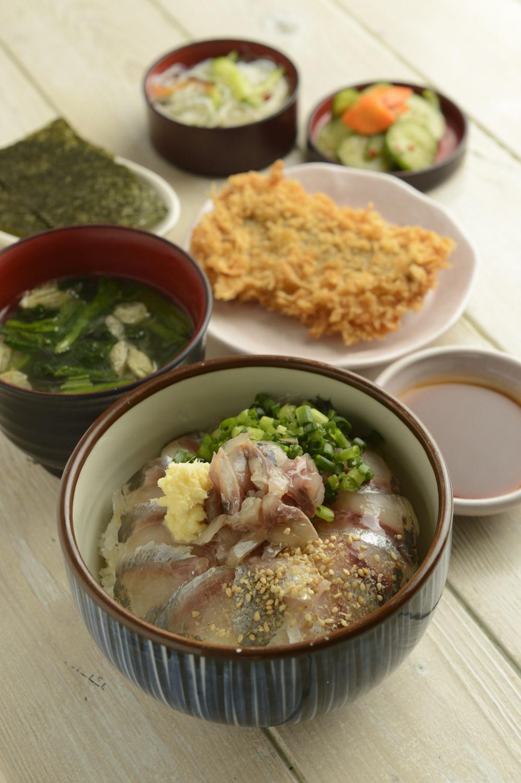 鯵家定食840円には漬け丼にフライなどが付く。