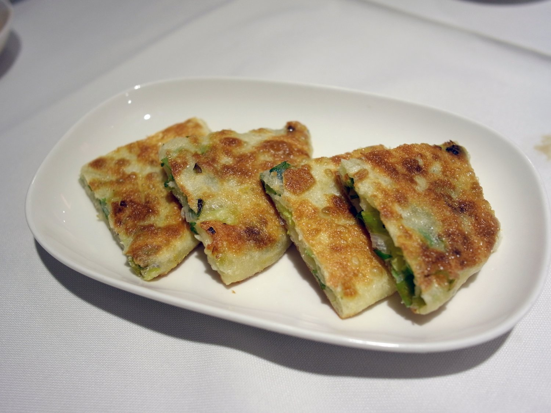 蔥油餅= 薄いネギの揚げ餅60 元も人気の品。