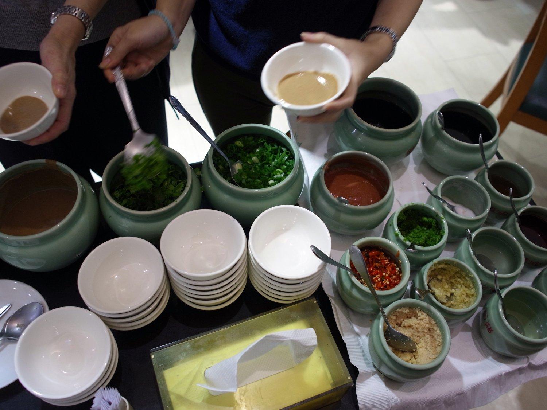 鍋はたくさんの調味料とともに味わう。