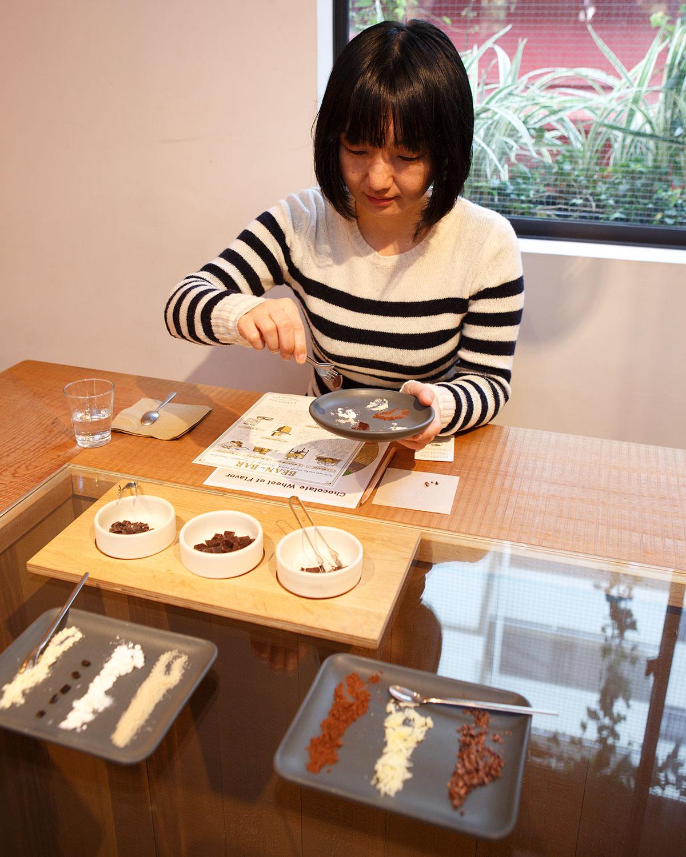 味わう参加者は各自手元の皿に移し取った原材料を味見し、理解を深める。