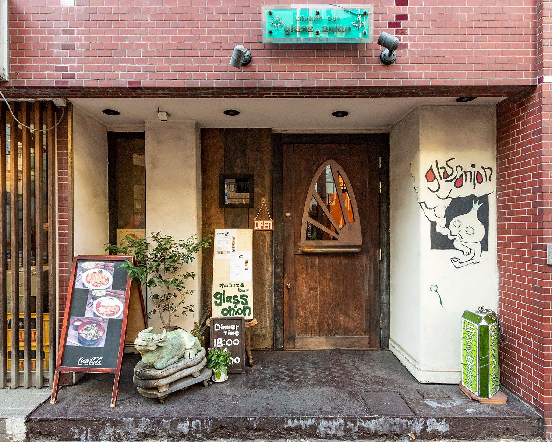 三軒茶屋駅から徒歩5分、西太子堂駅から徒歩2分と好立地だが、隠れ家的な雰趣。落ち着いた雰囲気で幅広い層から人気を博す。