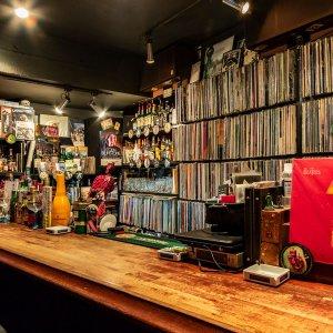 渋谷の真ん中でビートルズのLPを堪能できるロックバー『Strawberry Fields』