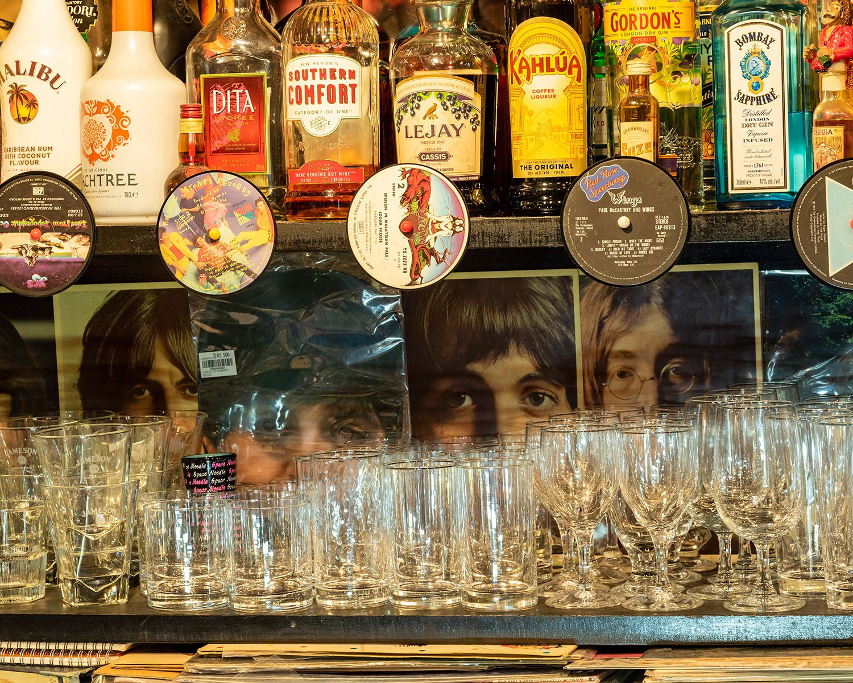 グラスの奥にビートルズ4人の姿が。店内にはロックな小物があふれ、ジョージグッズを集めたゾーンも見どころだ。