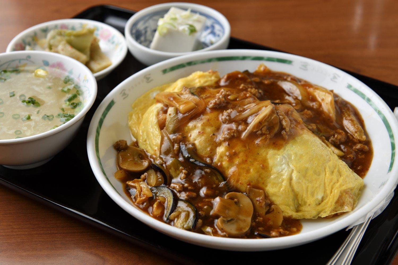 中華風オムライス900円。ひき肉にナス、マッシュルームと具沢山。「栄養満点」が店の特徴。