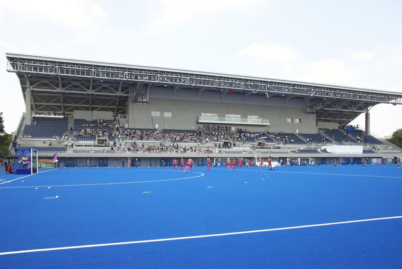 メインスタンドのほか、オリンピック時には三方向に仮説席が。オリンピックやワールドカップなど最高峰レベルの国際試合が可能な国内初の競技場。