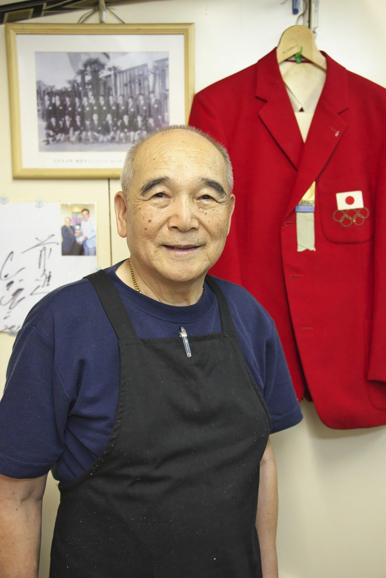 山岡敏彦さんと開会式の赤いブレザー。女子チームコーチ経験も。現在は東京神田の広島お好み焼き店『カープ』を経営。