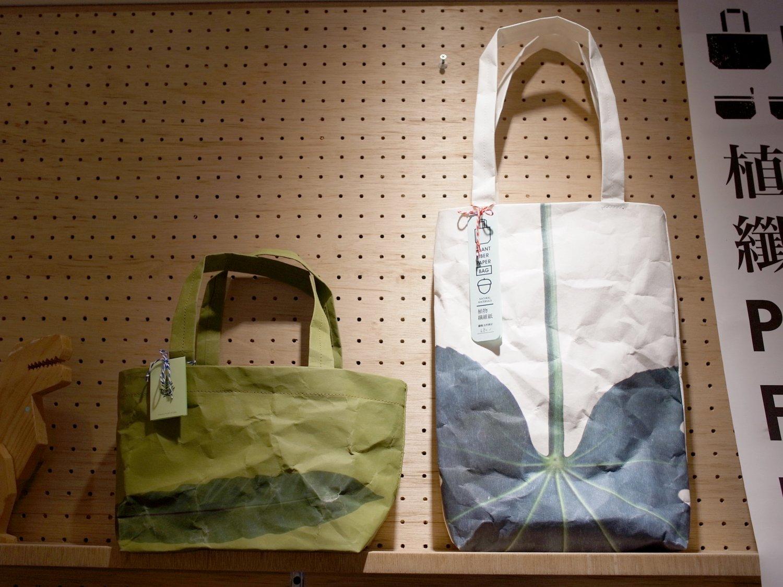 紙製のバッグはモダンなデザインで目を引く。