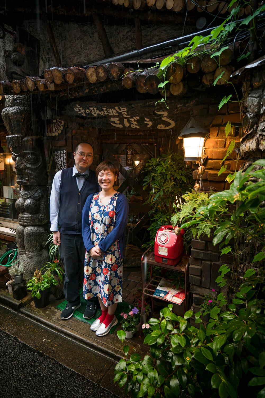 鈴木文雄マスターを支える伊藤さんと同僚である妻・智恵さん。
