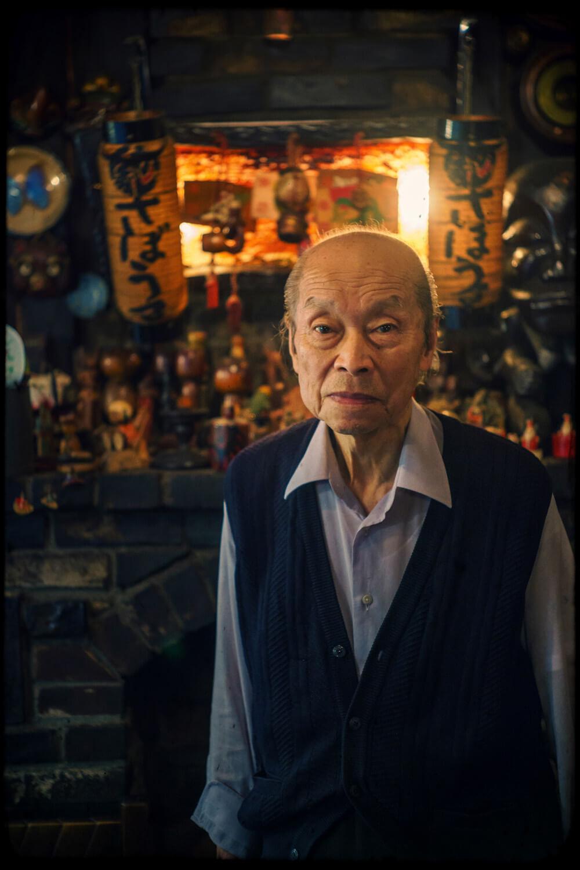 店主の鈴木文雄さんは昭和8年(1933)生まれの86歳。1階奥の暖炉の前にて。「60年以上よく持ちこたえた。いい夢を見てきたよ。運がよかったんだね。与えられた仕事を一生懸命やれば運は自然とついてくるんだ。」