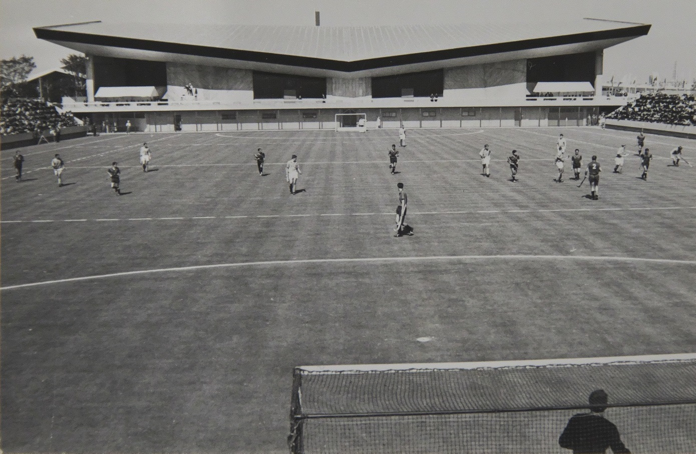 ホッケー会場の奥に見えるのが、バレーボール試合会場の屋内球技場(日本ホッケー協会提供)。