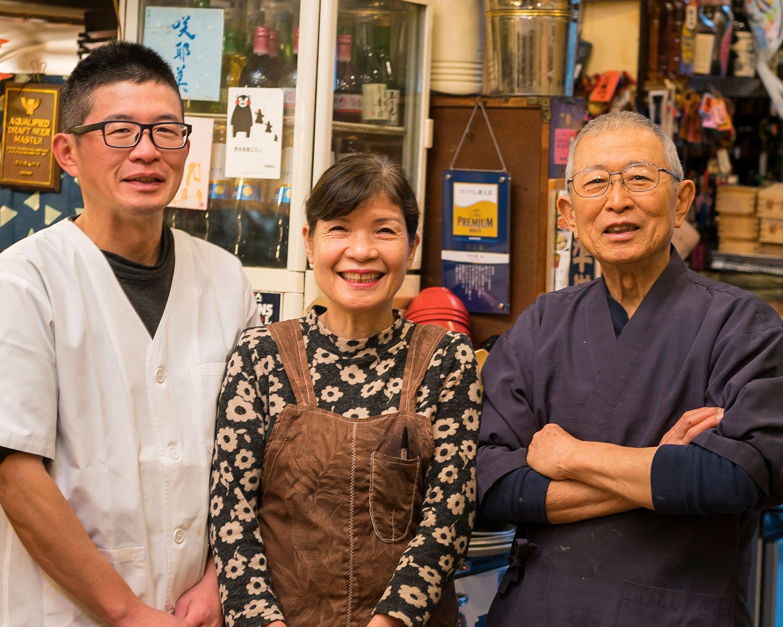 初代夫婦が1971年に創業。洋子さんほかスタッフの元気な接客が心地いい。左が2代目。
