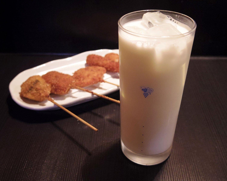 牛乳割り440円、串揚げ5本660円。