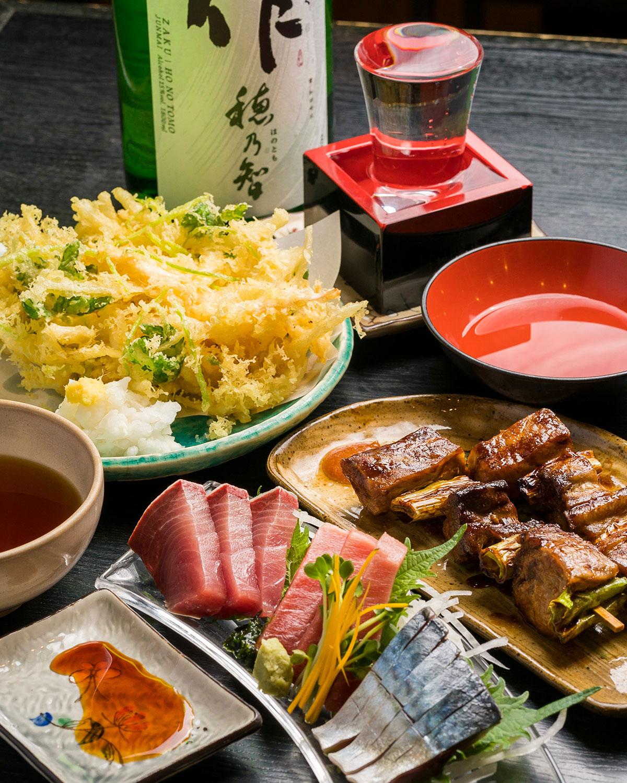 当日の刺身3点盛り900円はバチマグロの中トロやシメサバなど、ねぎまぐろ串焼き2本500円。作(ざく)純米700円。日本酒は約30種。