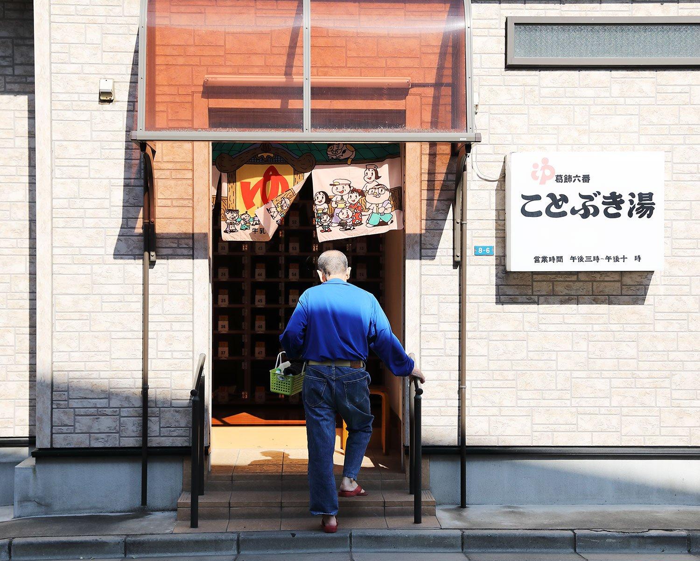 開店前から待つお客さんが次々と入ってゆく。