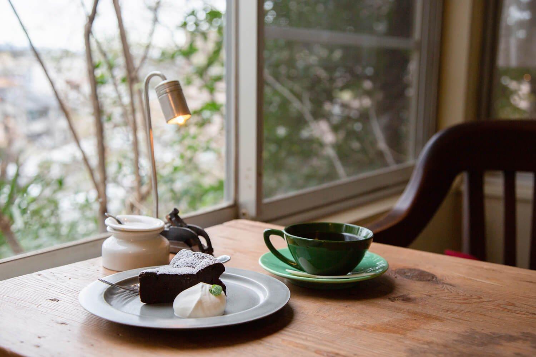 ガトーショコラとコーヒー。豆は地元焙煎専門店『桃園』製。
