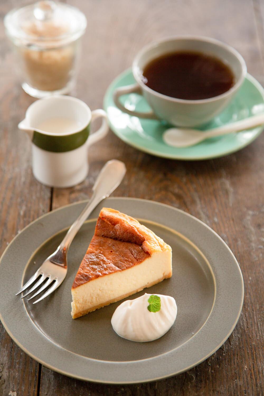 紅茶とチーズケーキ。ケーキセット各700円。