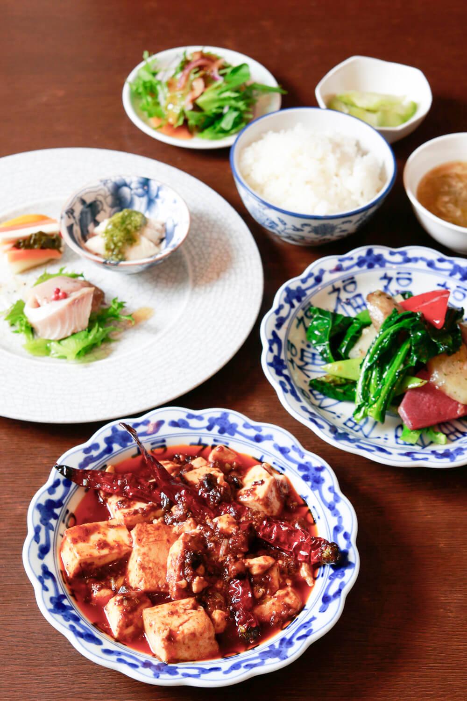 ランチの店長おすすめセット2090円より。前菜、陳麻婆豆腐、野菜炒め、ご飯(おかゆも可)など。デザートもついてくる。