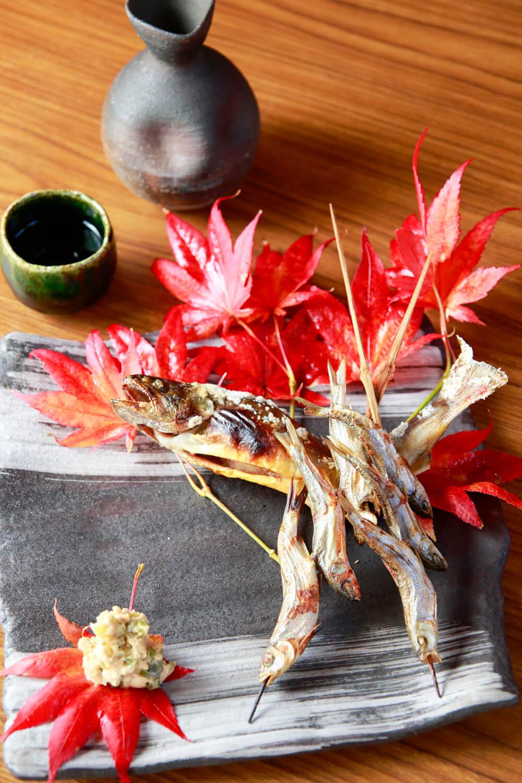 イワナと寒雑魚の塩焼き1200円。日本酒は高千代1 合600 円。