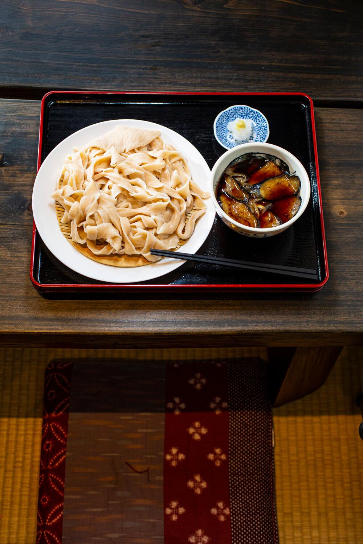 揚茄子うどん。よじれた田舎麺はつゆをよく拾う。各種うどん、麺を3、4種から選べる。