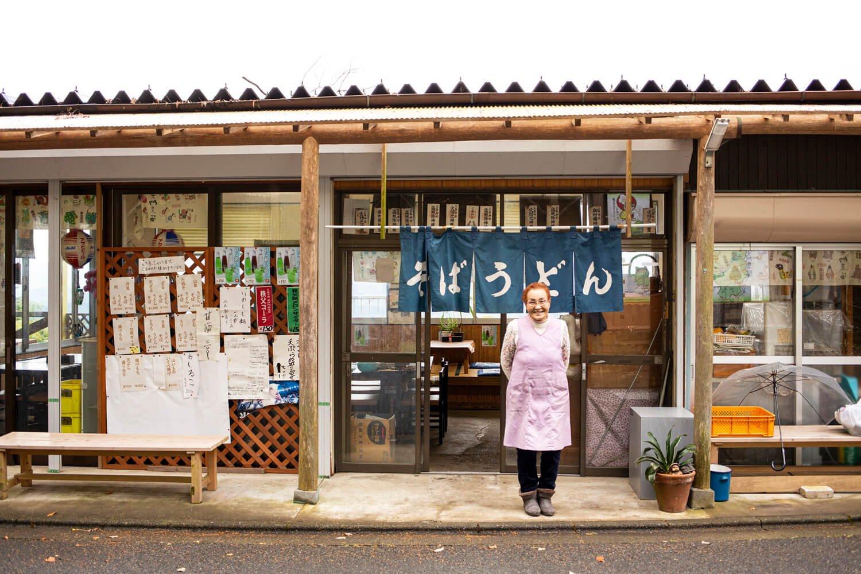 「快晴の時は、大山、富士山、武甲山が一望できるの」とツチ子さん。シンプルなもりうどん650円も用意。
