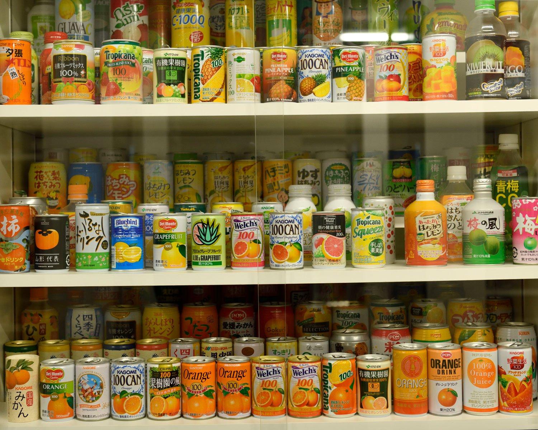 ジュースの缶コーナー。メジャーなものから岐阜の「かきドリンク」などご当地系も。