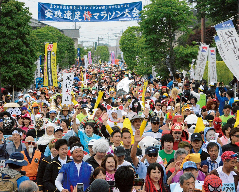 思い思いのユーモラスな仮装で和やかにスタートを切る参加者たち。
